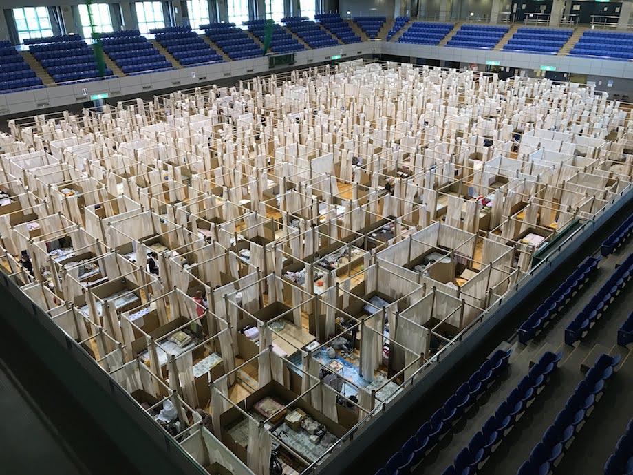 坂茂設計 〈Paper Partition System〉 を使用した避難所の様子(画像提供:NPO VAN)